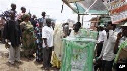 Mutane su na layi domin zaben da aka dage ranar asabar da ta shige a Ibadan, Jihar Oyo.