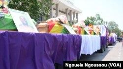 Les cercueils des victimes des attaques de train dans le Pool, transportés sur une remorquelors des obsèques officielles à l'esplanade du palais des congrès de Brazzaville, République du Congo, 11 octobre 2016. VOA/Ngouela Ngoussou