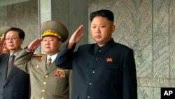 김정일 북한 국방위원회 제1위원장(오른쪽)이 지난 9일 평양에서 열린 정권수립 65주년 열병식에 참석했다.