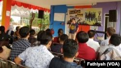 Mahasiswa dengan berbagai latar belakang pendidikan dan aktivitas sosial mengikuti sekolah Hak Asasi Manusia yang diselenggarakan Komisi Untuk Orang Hilang dan Korban Tindak Kekerasan (Kontras) mulai 12-26 Agustus di Jakarta. (Foto: VOA/Fathiyah)