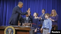 奧巴馬總統星期三在白宮會見五名就槍枝管制問題寫信給他的兒童