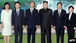 Foto yang dirilis oleh Pusat Pemberitaan Korut (KCNA) melalui Korea News Service (KNS) ini menunjukkan pemimpin Korut Kim Jong-Un (tiga dari kanan) berpose bersama delegasi partai Komunis Tiongkok dibawah pimpinan Wang Jiarui (tiga dari kiri) (3/8).