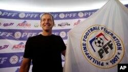 Mantan kapten kesebalasan AS Thomas Dooley setelah penunjukkannya sebagai kepala pelatih tim nasional Filipina yang baru di Pasig, sebelah timur Manila (7/2). (AP/Bullit Marquez)