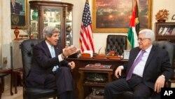 Ngoại trưởng Hoa Kỳ John Kerry (trái) hội đàm với Tổng thống Palestine Mahmoud Abbas tại Amman, Jordan, ngày 29/6/2013.
