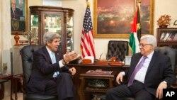 美國國務卿克里(左)6月29日在安曼與巴勒斯坦民族權力機構主席阿巴斯會晤。