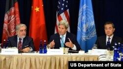 عبدالله عبدالله و وزرای خارجه امریکا و چین از روند صلح افغانستان حمایت می کند، ولی نه به قمیت دست آورد های آن کشور