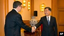 30일 중국을 방문한 제이컵 루 미국 재무장관(왼쪽)이 왕양 중국 부총리와 악수하고 있다.