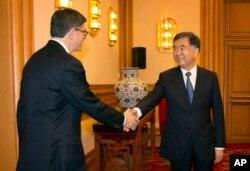 2015年3月30日美国财政部长杰克卢(左)在北京市与中国国务院副总理汪洋握手