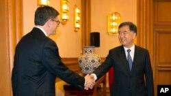 美国财政部长杰克·卢在北京中南海和中国副总理汪洋握手(2015年3月30日)