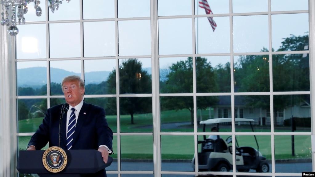 美國總統川普2018年8月7日在新澤西州貝德明斯特的川普高爾夫俱樂部舉行的商業領袖晚宴上發表講話。