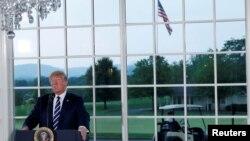Presiden AS, Donald Trump, berbicara dalam makanan lama dengan para pemimpin bisnis terkemuka di Trump National Golf Club di Bedminster, New Jersey, AS, 7 Agustus 2018 (foto: Reuters/Leah Millis)