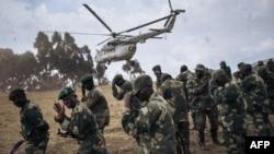 Basoda ya mampinga ya RDC pene na hélicoptère ya MONUSCO emati na Bijombo, Sud-Kivu, 10 octobre 2020.