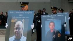 达拉斯市政厅举行的烛光悼念活动,纪念殉职的警察