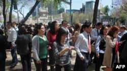 Подземные толчки ощущались в столице Мексики. Жители Мехико вышли на улицу. 20 марта 2012