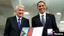 آقای اوباما در بدو کار خود به عنوان رئیس جمهوری، جایزه صلح نوبل را دریافت کرد.
