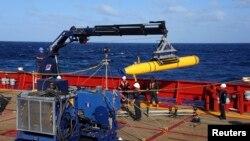 Xe tự hành dưới nước Artemis (AUV) được kéo lại lên tàu Ocean Shield sau khi làm nhiệm vụ tìm kiếm máy bay Malaysia mất tích, ngày 4/4/2014.
