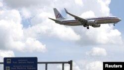 Sebuah pesawat penumpang 'American Airlines' siap mendarat di bandara internasional Jose Marti di Havana, Kuba (foto: dok).