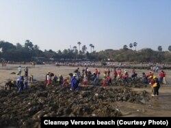 رضاکاروں کا ایک گروپ وارسووا ساحل کی صفائی میں حصہ لے رہا ہے