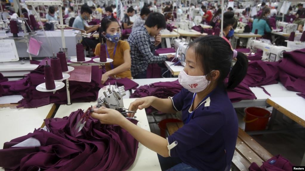 Công nhân Việt Nam tại một xưởng may mặc ở tỉnh Bắc Giang. Việt Nam đang được hưởng lợi từ làn sóng các hãng xưởng rời Trung Quốc do thuế quan
