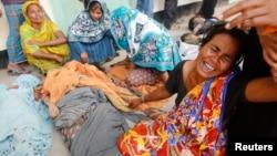 位於孟加拉國首都達卡郊外的大樓坍塌,2013年4月25日家屬對他們遇難的家人悲痛的情況。