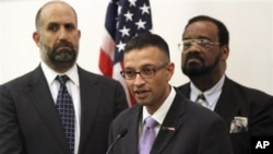 Syed Farhaj Hassan (tengah), direktur konsultan hukum Muslim Glenn Katon (kiri) dan Imam Abdul Kareem Muhammad mengajukan tuntutan atas program pemantauan Kepolisian New York di wilayah kediaman mereka (6/6) .