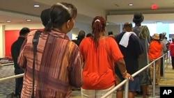 华盛顿市的居民排队接受免费医疗服务