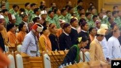 지난달 8일 미얀마 수도 네피도 의회에서 열린 윈카잉탄 상원의장 취임식에 아웅산 수치 여사(맨 앞줄 왼쪽)가 참석했다. (자료사진)
