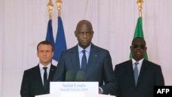 Le maire de Saint-Louis, Mansour Faye, au centre, prononce un discours à côté du président français Emmanuel Macron, à gauche, et du président sénégalais Macky Sall, à droite, le 3 février 2018 à Saint Louis.