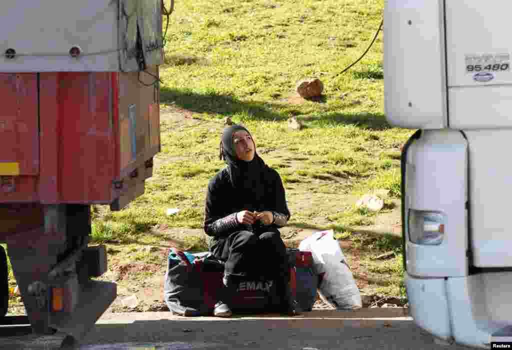 Một phụ nữ Syria chờ đến giờ mở cửa của cửa khẩu Cilvegozu thuộc tỉnh Hatay, biên giới Thổ Nhĩ Kỳ và Syria.