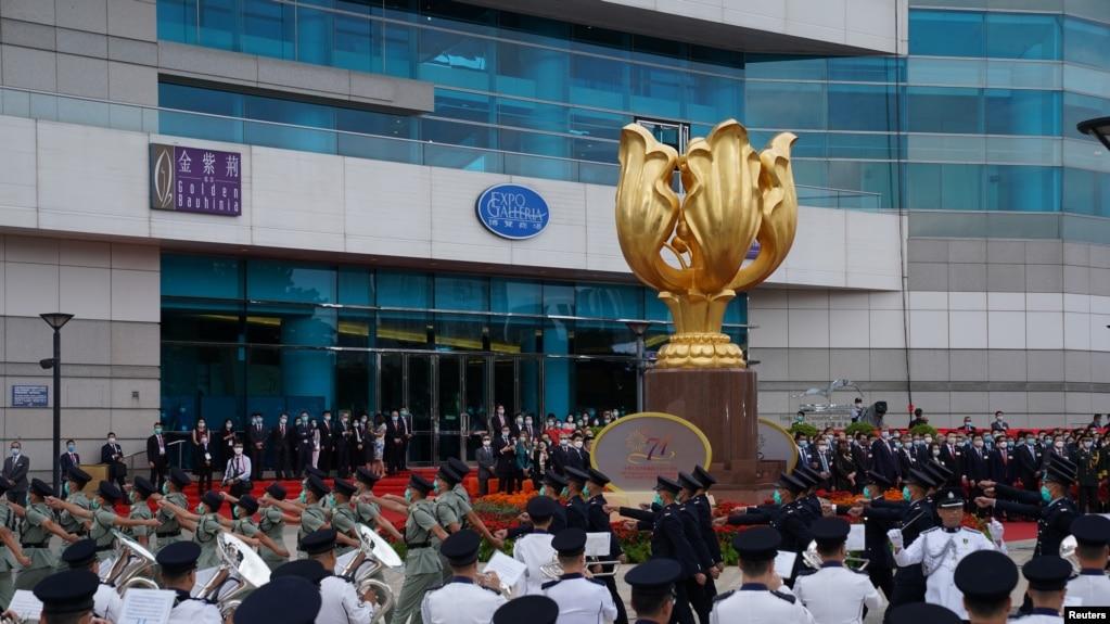 香港当局在金紫荆广场举行升旗仪式(路透社2020年10月1日)(photo:VOA)