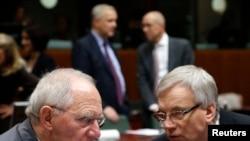Nemački ministar finansija Volfgang Šojble sa svojim litvanskim kolegom Rimatasom Sadžiusom na sastanku ministara finansija EU u Briselu