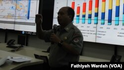 Kepala Pusat Data Informasi dan Hubungan Kemasyarakatan Badan Nasional Penanggulangan Bencana (BNPB) Sutopo Purwo Nugroho menjelaskan tentang bencana banjir dan longsor di Indonesia (VOA/Fathiyah)
