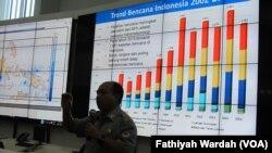 Kepala Pusat Data Informasi dan Humas Badan Nasional Penanggulangan Bencana (BNPB) Sutopo Purwo Nugroho sedang menjelaskan tentang bencana banjir dan longsor di Indonesia dikantornya (10/2). (VOA/Fathiyah)