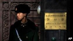2016年1月6日,在朝鲜驻华大使馆门前的一名武警士兵