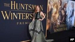 """Jessica Chastain dalam pemutaran perdana film """"The Huntsman: Winter's War"""" di Regency Village Theatre, Los Angeles, 11 April 2016. (Foto: dok). Disney akan kembali membuat film terkait Putri Salju, dengan mengangkat cerita mengenai saudara perempuannya, R"""