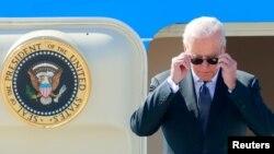 ប្រធានាធិបតីសហរដ្ឋអាមេរិក លោក Joe Biden ចុះពីយន្ដហោះដឹកប្រធានាធិបតីសហរដ្ឋអាមេរិក នៅអាកាសយានដ្ឋាន Cointrin ដើម្បីចូលរួមក្នុងជំនួបជាមួយនឹងសមភាគីរុស្ស៊ី លោក Vladimir Putin នៅទីក្រុងហ្សឺណែវ ប្រទេសស្វីស ថ្ងៃទី១៥ ខែមិថុនា ឆ្នាំ២០២១។