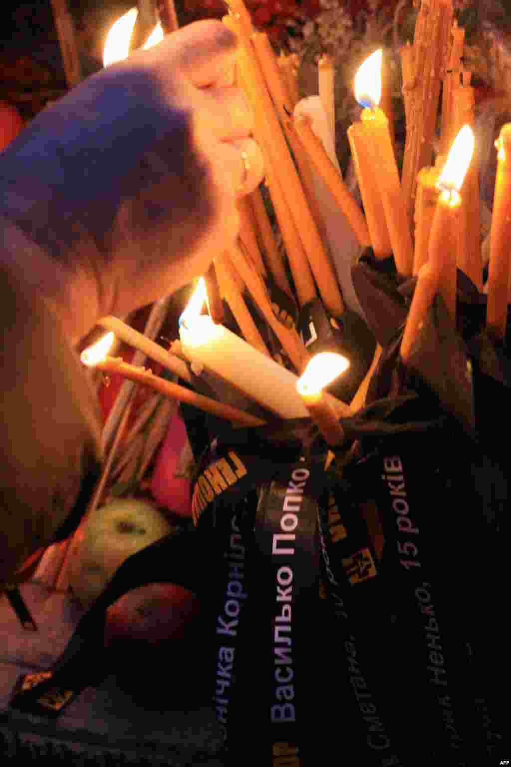 Тысячи свечей зажгли 26 ноября в Киеве. На траурных лентах имена детей и подростков