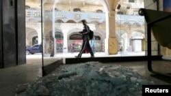 Seorang pejalan kaki melewati lokasi ledakan bom di pusat kota Kairo (3/2). Pada hari yang sama, polisi Mesir berhasil menjinakkan dua bom di Bandar Udara Internasional Kairo.