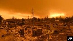 Rumah-rumah yang hangus terbakar Api Carr, di Perumahan Lake Keswick, wilayah Redding, California, 27 Juli 2018.