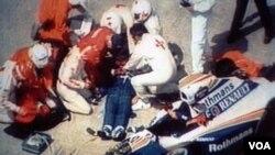 El auto de Senna sufrió una falla mecánica en la séptima vuelta del Premio de San Marino, mientras entraba a 300 kilómetros por hora. Senna perdió la vida a los 34 años.