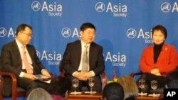 三位亞洲教育行政專家與美國人座談,日本文部省次官山中伸一(左起),上海師範大學校長張民選,香港教育局常任秘書長謝淩潔貞
