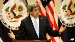 Menlu AS John Kerry memberikan pidato di Old Cabel Hall di Universitas Virginia, Charlottesville, negara bagian Virginia, Rabu (20/2).