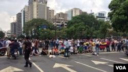 Las protestas dividieron a la capital, donde partidarios del gobierno salieron también a las calles el miércoles.