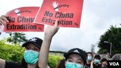 包圍特首辦的示威者高舉英文的反送中標語。。(美國之音湯惠芸拍攝)