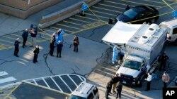 "Petugas polisi siaga di luar SD ""Sandy Hook"" di Newtown, Connecticut, ketika seorang penembak memasuki sekolah dan menewaskan 26 orang pada 25 November 2013 (foto: ilustrasi)."