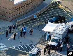 지난 2012년 12월 14일 미국 코네티컷주 뉴타운의 샌디훅 초등학교에서 무차별 총격사건이 발생한 후 경찰이 사건 현장을 통제하고 있다.