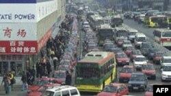 Vụ kẹt xe gây ra bởi số lượng xe tải chở hàng hóa đến Bắc Kinh ngày càng tăng và bởi việc tu sửa dọc theo xa lộ