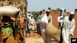 Des déplacés dans l'est du Tchad, recevant de l'aide du CICR (AP)