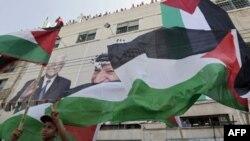 Palestinski dečak drži zastavu tokom mitinga u Hebronu na Zapadnoj Obali u znak podrške odluke palestinske uprave da od Generalne skupštine Ujedinjenih nacija zatraži priznanje državnosti