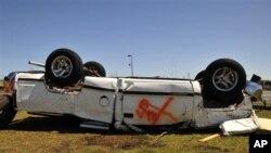 Một chiếc xe bị lật úp tại El Reno ở Oklahoma sau cơn lốc xoáy, ngày 1/6/2013.
